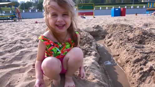 母女两在沙滩玩得很开心,又是堆沙子又是踢足球的,很欢乐!