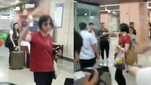 太嚣张!北京一女子携易燃喷雾进地铁被拦,竟喷工作人员泄愤