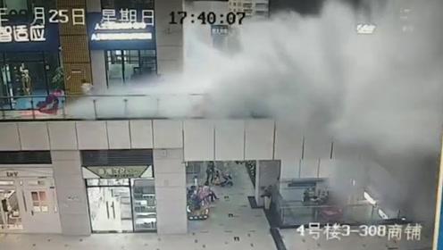 东莞强降雨致一商业中心顶棚坍塌 积水倾泻而下人被砸出近10米