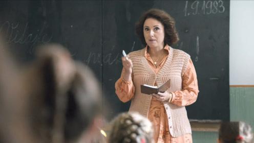 刚开学老师就查学生家庭背景,只要能为她服务的,就能得高分