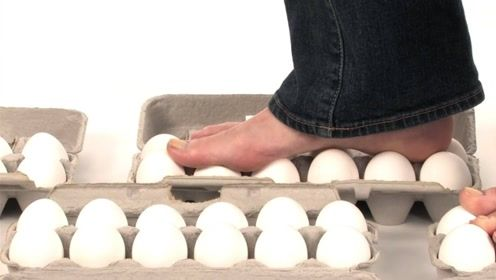 生鸡蛋能承受多大的重量?老外站在鸡蛋上,看完简直不敢相信!