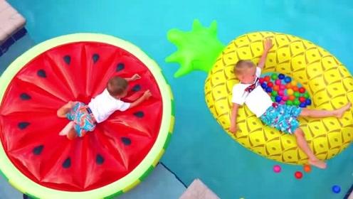 熊孩子们可真是会玩呢!两个小家伙真是萌萌哒!