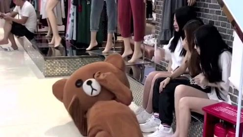 网红熊在商场搭讪小姐姐,没想到被人嫌弃,真的是太受伤了