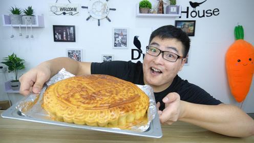 """小伙自制全网最大月饼,这么大个我可能要吃""""一年"""""""