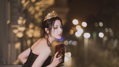 迪丽热巴齐刘海配印花裙甜美减龄 网友的关注点却在鞋子上