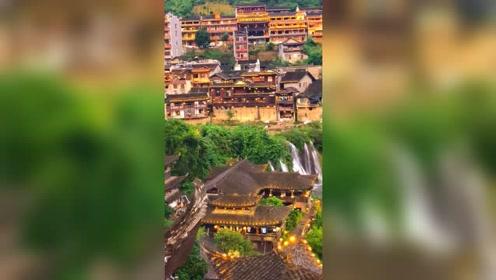 建于流水旁的村落