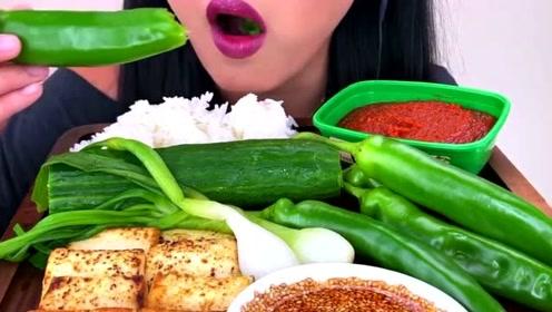 生辣椒蘸酱,黄瓜蘸酱,外国吃播也能吃得美滋滋,听声音流口水