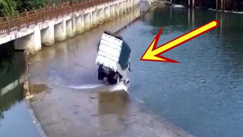货车司机在涉水路面上玩漂移,真是太任性,下一秒玩大了!
