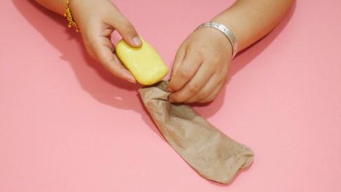 旧丝袜不要扔往里塞块肥皂,放入洗手间,用途真棒,学到就是赚到