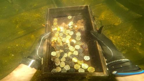 一夜暴富?老外水下寻宝意外收获一个箱子,打开一看发大财了!