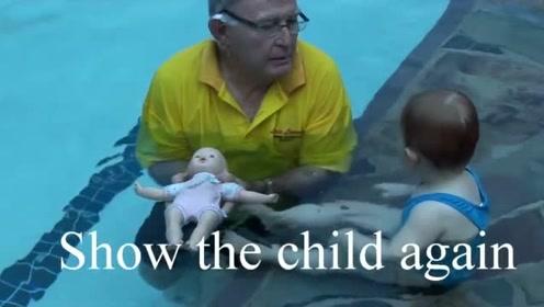 一岁宝宝学仰泳,教练用塑料娃娃做示范,成功刹那开心的击掌庆祝