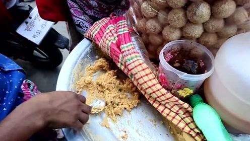 印度出名的路边小吃,食物里面塞土豆泥和咖喱,蘸着汤汁一口一个