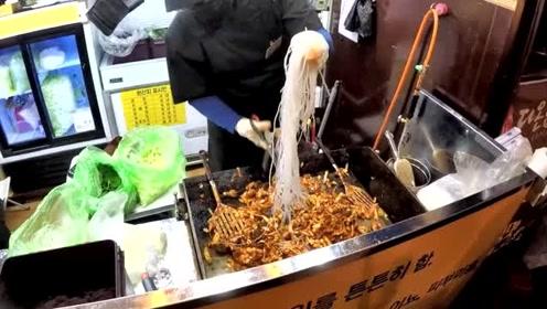 韩国街头的特色美食,泡菜炒粉看着很不错,喜欢吃辣的可以尝尝