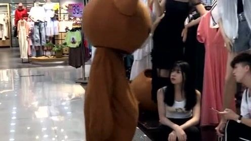 全网最色网红熊,把路边的美女给调戏了,最后结局太有趣