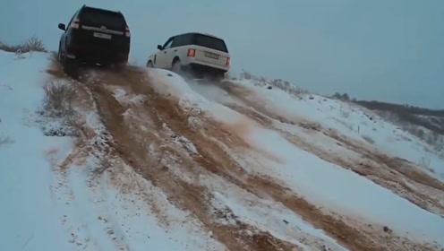 哈弗和路虎揽胜轻松爬上雪坡,不料到奥迪Q7时,场面一度尴尬