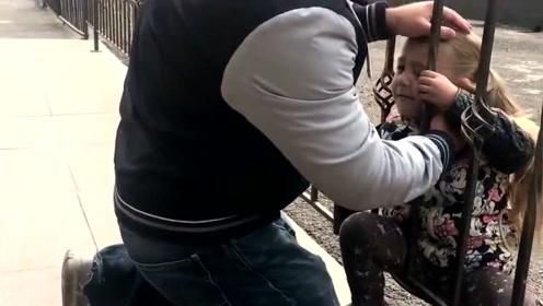 女儿的头卡在栏杆里,国外老爸的做法让人笑到肚痛