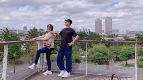 陈赫和妈妈合影动作太浮夸,傲娇的身姿遭网友调侃:有点多余