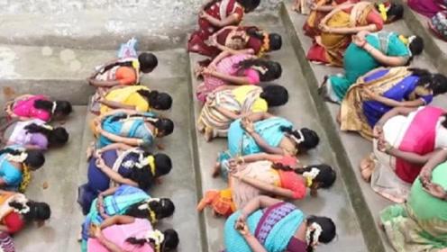 印度奇葩习俗,女人为了能怀孕趴在地上,任人踩踏