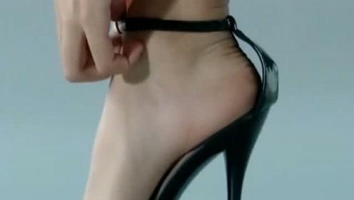 经常穿高跟鞋的模特,脱了鞋之后脚竟然定形了