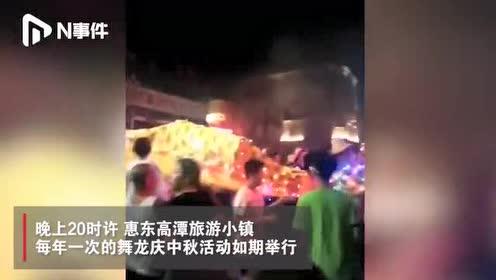 """广东惠东一小镇舞""""双龙""""庆中秋,一路烟花助兴,现场人山人海"""