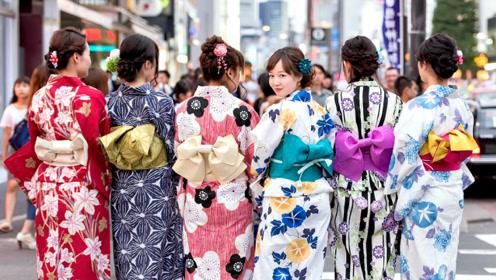 """日本姑娘穿和服,习惯在背后绑个""""小枕头"""",里面装着什么?"""