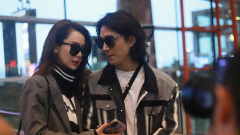 戚薇夫妇挽手走机场太甜了,穿灰色西装帅酷复古,身材比例惊艳