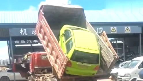 """货车司机""""神操作"""",小车当场就进了修理厂"""
