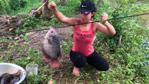 农村女孩野外钓鱼,手持碳纤维鱼竿,轻松钓上了大罗非鱼和鲶鱼
