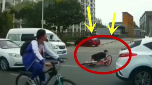 这么多车还硬闯着过马路,还真是目空一切呀,惩罚来得太快!