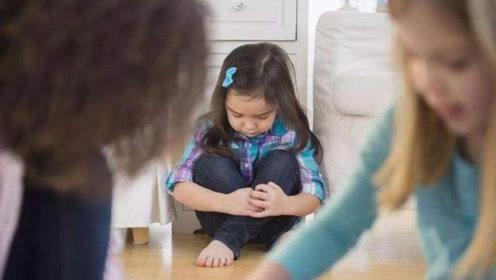 女儿在幼儿园被孤立,家长责备老师,老师:穿成这样谁敢和她玩
