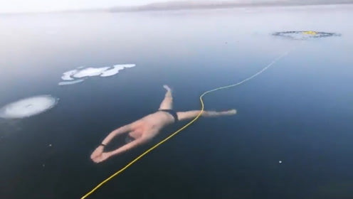 """老外作死尝试""""冰面下""""游泳,差点错过换气口,摄像机记录全过程"""
