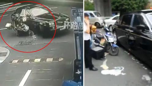 外卖小哥骑车撞劳斯莱斯 路人感叹走远了 豪车维修费或超50万