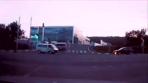 十字路口是最危险的地方,大家万万要注意安全