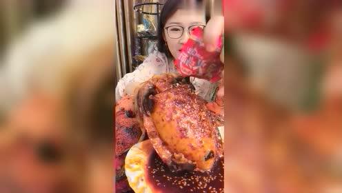 小姐姐说吃大墨鱼,料必须配足了,结果下一刻,火鸡面料都用上了