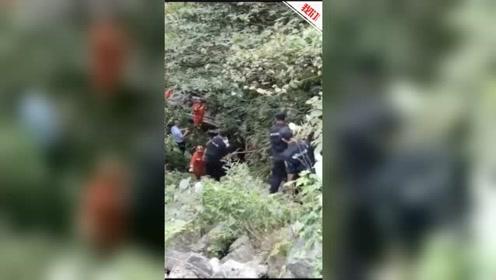 广西桂林一中型客车翻下悬崖致3死11伤 直击救援现场