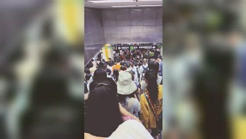 突发!上海地铁2号线车门故障 站台滞留乘客人山人海