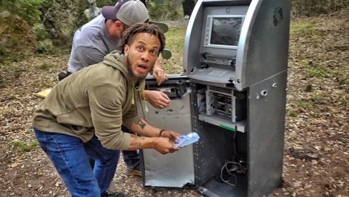 两个小伙在树林里,发现ATM机并获得大量金钱,天上掉馅饼了?