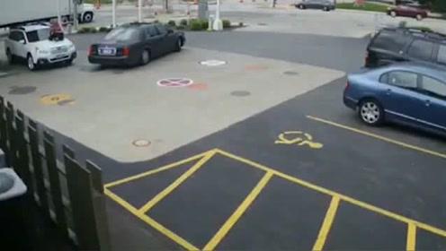 女子发现不对,马上爬上车,接下来发生的让人看呆了