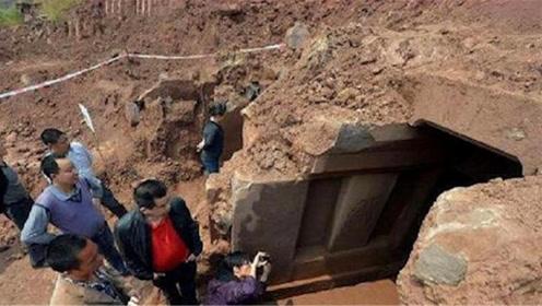 """成吉思汗墓被挖到一半,墓中却有""""守护神""""阻拦,村民:快点住手"""