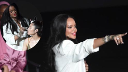 真美妆博主!蕾哈娜韩国出席活动 亲手为模特化妆