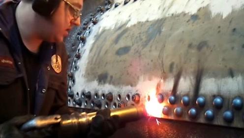 在制造飞机时,飞机外壳为什么不采用焊接,而都是铆接?