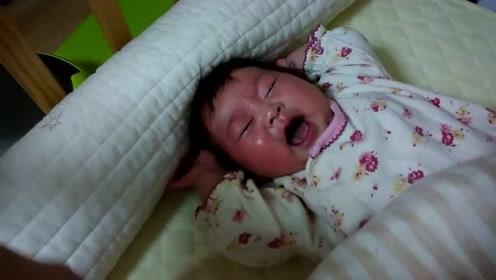 小宝宝在床上哭的上气不接下气,爸爸都不抱,真是急死人!