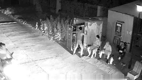 """男子找人聊天遭无视持刀砍坏小区大门 显示自己""""厉害""""被拘留"""