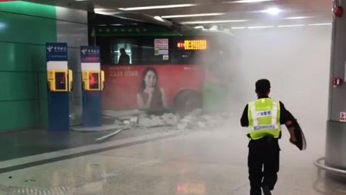 突发!深圳北站一公交失控冲进大厅 警方:司机操作不当所致