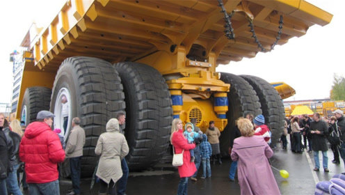 世界上最大自动倾卸卡车,单个轮胎100吨,满载总重超810吨