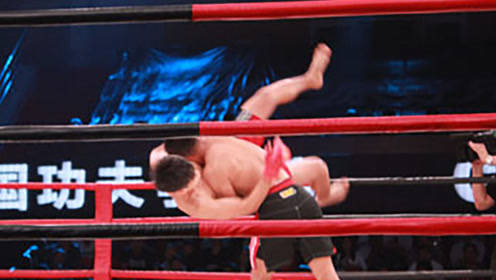 他刚开场就抱住对手的脚,使出绝杀大招,对手无奈只能认输!
