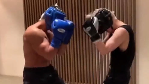 张艺兴戴上头盔实战训练,每拳都打的有模有样,拳拳重击!