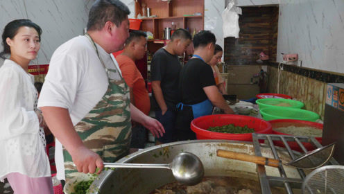 安徽大哥从小学烫牛肉,20年市里出名!烫一碗7块起,想吃排队