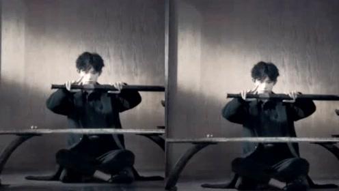 易烊千玺着黑色长袍外套拍摄广告 手握刀剑眼神凌厉气场足