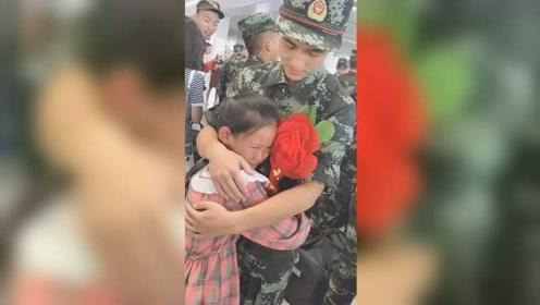 哥哥入伍在车站与家人道别,妹妹不舍抱着哥哥大哭